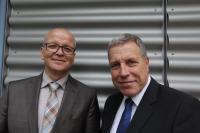 Schauen mit sicherem Blick in die Zukunft: Mit dem Erwerb der Fritsch Elektronik übernehmen Dr. Jost Baumgärtner (57 Jahre, rechts im Bild) und Matthias Sester (59 Jahre) ein technisch modernes und wirtschaftlich gesundes Unternehmen mit rund 120 Mitarbeiter*innen