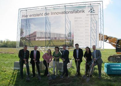 v.l.n.r.: Andreas Bokmeier (Bokmeier GmbH, Bauunternehmen), Dr. Manfred Wittenstein (Vorstandsvorsitzender der WITTENSTEIN AG), Dr. Anna-Katharina Wittenstein (Geschäftsführung WITTENSTEIN AG Schweiz), Edith Wittenstein (Ehefrau von Dr. Manfred Wittenstein), Karl-Heinz Schwarz (Vorstands-sprecher der WITTENSTEIN AG), Frank Menikheim (Bürgermeister Igersheim), Jutta Kreissl (HENN Architekten), Dr. Michael Geier (Projektleiter der WITTENSTEIN Innovationsfabrik)