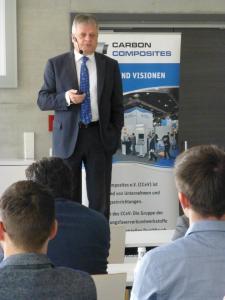 Prof. Hubert Jäger, Vorstandsvorsitzender des CCeV und Vorstands-Sprecher des Instituts für Leichtbau und Kunststofftechnik (ILK) der TU Dresden, sprach vor über 50 Fachleuten beim Thementag von CC Bau in Augsburg