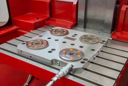 In der Standard-Grundplatte sind vier AMF-Nullpunktspannmodule K 10.2 mit extrem flachen 22 Millimeter Einbautiefe verbaut.