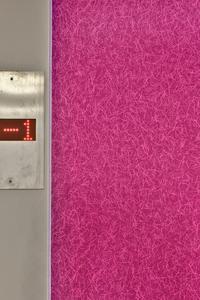 Bei der Applikation von FantasticFleece ist Genauigkeit gefragt: Überall, wo Wände und Flächen im rechten Winkel aufeinander treffen, schreiben die Verarbeitungsrichtlinien von Caparol Eckschienen vor, um einen exakten Anschluss zu erhalten