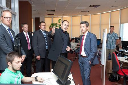 CEO Majgaard und Kronprinz Frederik während des Rundgangs