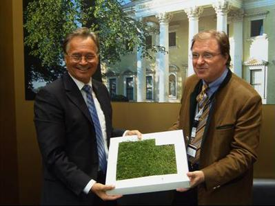 Staatssekretär Detlef Schubert (re.) übergibt 1m² Begrüßungsrasen an Ortwin Goldbeck, Gründer und Hauptgesellschafter des Bau-Dienstleisters Goldbeck GmbH