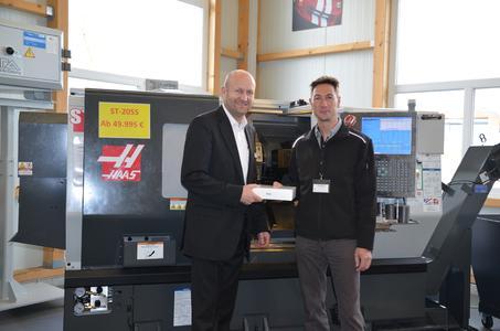 Vorstand Martin Dreher mit iPad-Gewinner Michael Wiesner