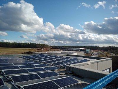 Luftaufnahme der 80,945 kWp großen Photovoltaikanlage auf dem Alfatec GmbH & Co. KG Firmengebäude © iKratos