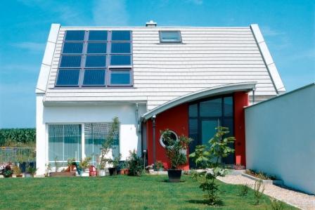 Lösung aus einem Guss: Solarkollektoren und Fenster von VELUX bilden ein System, dessen Komponenten optimal aufeinander abgestimmt sind. Foto: VELUX Deutschland GmbH