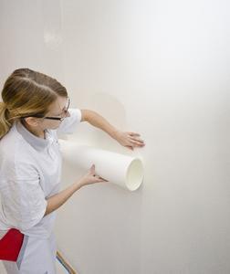 Auf die glatt geschliffene Oberfläche wird das wasserdampfdurchlässige, unbeschichtete Capaver AkkordVlies Z150 K geklebt. Es ist die optimale Basis für glatte Wände, da es eine lange Offenzeit  sowie einheitliche Saugfähigkeit für den nachfolgenden Anstrich bietet und sich rationell verarbeiten lässt. Foto: Caparol Farben Lacke Bautenschutz