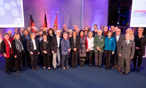 So sieht ehrenamtliches Engagement in der Region Hannover aus: Die geehrten Ehrenamtlichen mit der stellvertretenden Regionspräsidentin Petra Rudszuck / Foto: Claus Kirsch, Region Hannover