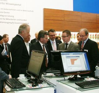 Behördenruf D115: Ministerpräsident Günther Oettinger informiert sich am CeBIT-Stand der USU AG