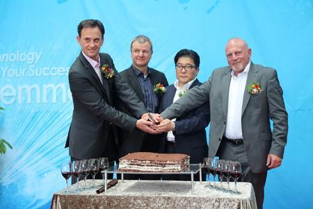 """Schlemmer-Werkseröffnung in Korea""; v.l.n.r.: CFO Christian von der Linde, CEO Josef Minster, Kim Jong-Chan, Norbert Hausfelder"