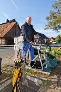 Kabelmonteur Detlef Riske transportiert die Glasfaserleitung durch ein Röhrchen ins Haus des Kunden. Foto: WEMAG/Rudolph-Kramer