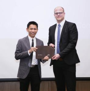 Gitsada Boonchirt, Managing Director of the ECCO-tannery in Thailand (left) hands the ECCO-Award to Udo Wilkens, Managing Director of ROWASOL