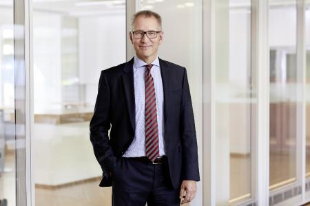 Ulrich Balbach, CEO bei Leuze, blickt fokussiert in die Zukunft