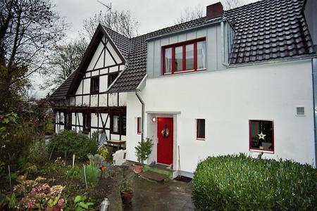 Komplett saniert: Der Mauerwerksbau aus den 1960er Jahren grenzt an ein altes Fachwerkhaus (links). (Foto: Achim Zielke für INTHERMO)