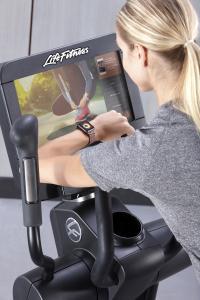 Die Discover SE3 HD Tabletkonsole von Life Fitness verbindet sich automatisch mit der Apple Watch. So können Trainierende die exakten Messungen ihres Ausdauer-Workouts noch einfacher auf-zeichnen und auswerten