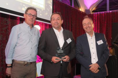 Von links nach rechts: Cor van IJsselmuide, Patrick Nijhuis (HSM), Joost Heessels (Vorsitzender der Jury und CEO Magenta Communications)