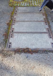 Damit auch schwere Stahlbeton- oder Beton-Guss-Abdeckungen unkompliziert und schnell ersetzt werden können,