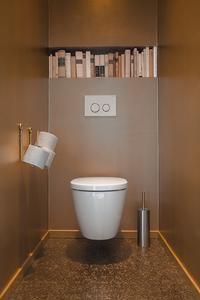 Die bemerkenswert edel wirkenden Waschräume im Obergeschoss lohnen einen Besuch. Sie wurden teilweise in einem eleganten Goldton beschichtet, der sich auch im Mosaik des Fußbodens wiederfindet / Fotos: Caparol Farben Lacke Bautenschutz/Blitzwerk.de, Marek Lufft