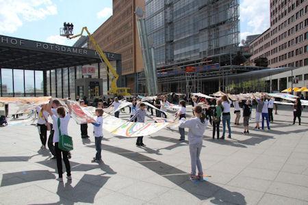 Fotos aus der Vogelperspektive mit Hilfe der LKW-Arbeitsbühne GL 270 von Gardemann - Aktion von terre des hommes auf dem Potsdamer Platz in Berlin