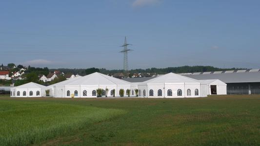 Außergewöhnliche Losberger Zeltkonstruktion auf dem Firmengelände, direkt neben der neuen Halle.