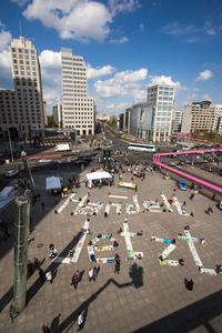Handelt Jetzt - Das ist die Botschaft, die die Kinder mit ihren Bannern auf dem Potsdamer Platz in Berlin darstellen.