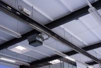 Bild 3: Die KÜBLER Heizsysteme sorgen für sichere Wärme. In den Testräumen des Autohauses stehen hoch empfindliche Messinstrumente, eine stabile Temperatur ist hier oberste Voraussetzung. (Quelle: KÜBLER Energiesparende Hallenheizungen)