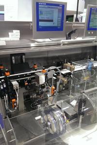 Der kompakte Tamper Evident Etikettierer von Bluhm lässt sich in vorhandenen Datamatrix-Stationen oder Wiegesysteme integrieren