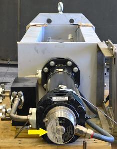 Ein explosionssicherer Wegaufnehmer am Ende des Hydraulikzylinders eines Ventilantriebs