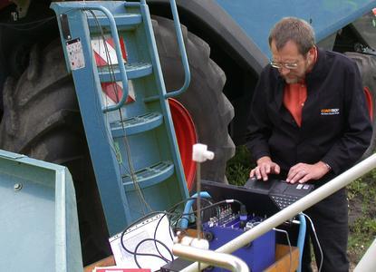 Den Schwingungen auf der Spur: Ein ContiTech-Mitarbeiter analysiert mit einer mobilen Messausrüstung das Schwingungsverhalten eines Fahrzeugs