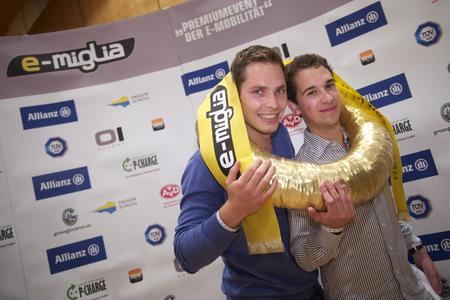 Titelverteidiger mit Siegerkranz. Tim Ruhoff (l.) und Stephan Willemsen (r.) freuen sich über den Gesamtsieg der e-miglia 2011. (Foto: e-miglia/Rebel Media)