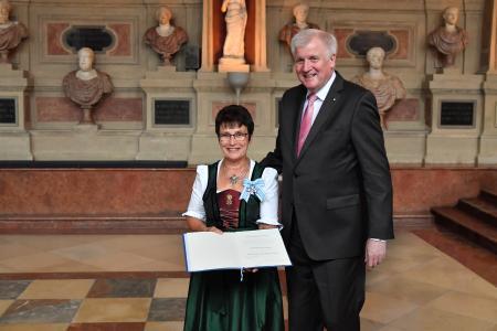 Ms Katharina Wiedemann and Ministerpräsident Horst Seehofer, Image source: Bavarian State Chancellery/Rolf Poss