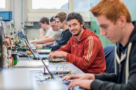 Tristan Eberle in der Lehrwerkstatt von ebm-papst in Mulfingen - um ihn herum weitere Auszubildende des Ventilatorspezialisten.