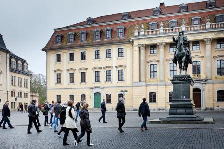 In fünf geführten Touren entdeckten die Teilnehmer die architektonischen Highlights Weimars, darunter die Internationale Bauausstellung (IBA), Stadtbaugeschichte in der Jakobsvorstadt, das klassische Weimar mit Herderzentrum, Wohnhäuser der Moderne sowie das Bauhaus-Museum