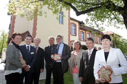 Markus und Matthias Nagel (Vierter und Fünfter von links) aus Oelsnitz erhielten für ihr Oelsnitzer Unternehmen n³ den zweiten Preis. Foto: Ellen Liebner