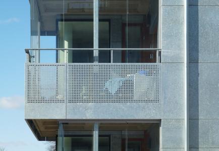 Die Verwendung von feuerverzinktem Stahl setzt sich konsequent auch im Bereich der Balkone fort (Foto: Holger Ellgaard)