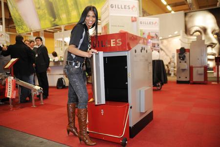 Klimaschutz von seiner schönsten Seite, eine interessierte Besucherin beim effektiven Pelletkessel Gilles HPK-RA15 (www.gilles.at)