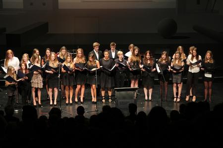 Der internationale Chor vom Privatgymnasium Dr. Florian Überreiter sang Lieder aus den 60er-Jahren