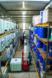 Ein kleiner Abschnitt des großen Hochregallagers der RIAG. Für die Kunden bedeutet dies eine hohe Versorgungssicherheit.