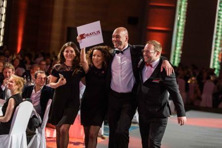 Große Freude bei der Oraylis-Delegation nach der Preisverleihung gestern in Berlin (v.l.n.r.): Agnes Kruczek, Georgia Thume, Thomas Strehlow und David Claßen. (Bild: Great Place to Work®)