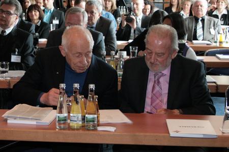 Sind sich darüber einig, dass Messen ein wichtiger Erfolgsfaktor sind: der ehemalige Bundesminister Dr. Heiner Geißler und Messeveranstalter Paul Schall beim 50. Jubiläum der Schall-Messen (v. l.)(Foto:  P. E. Schall GmbH & Co. KG)