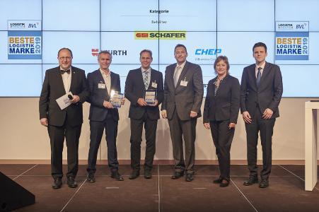 """Nach der Preisübergabe - Klaus Tersteegen (2.v.l.), Geschäftsführer von SSI SCHÄFER HUB Deutschland, freut sich über die Auszeichnung zur """"Besten Logistik Marke"""" in der Kategorie Behälter"""