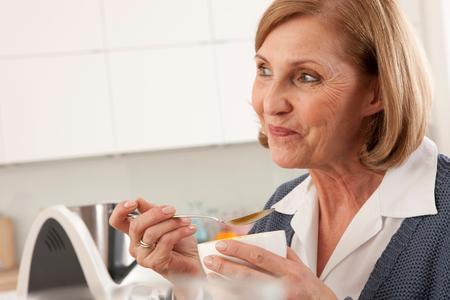Die Schwiegermutter zum Essen einladen? Gerne – dank Vorwerk Thermomix. Die zahlreichen Rezepte mit Gelinggarantie machen aus Jedem einen smarten Gastgeber (Quelle: Vorwerk)