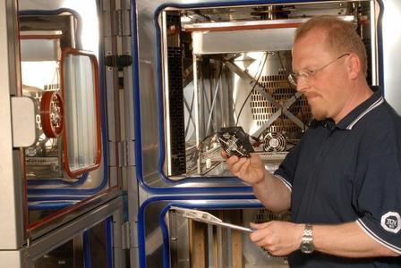 Im Kompetenzzentrum Umweltsimulation führt TÜV SÜD Product Service unter anderem HALT-Lebensdauerprüfungen und HASS-Belastungstests durch