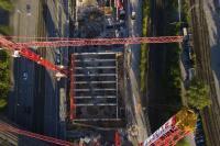 Der Blick auf das Innere des Gebäudes verrät: Noch ein Träger, dann steht das Trägerskelett für die Decke des säulenfreien Mucon-Ballsaales. Bildquelle: Köster GmbH
