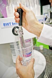 Aus den Wasserspendern in der BWT Lounge können sich die Gäste so viele Frische-Kicks abholen, wie sie möchten.  /Foto: BWT water+more