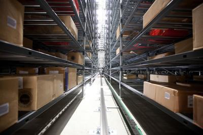 Das AKL von TGW bietet in 36 Gassen Platz für 202.000 Kartons