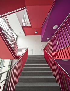 Der kräftige Farbeinsatz an Decken und Untersichten schafft spannende, ungewohnte Perspektiven, Foto: Caparol Farben Lacke Bautenschutz