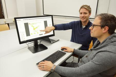 Juniorprofessor Dr. Pascal Klein (li.) erforscht das Lernverhalten mithilfe der Eye-Tracker-Technik. Neben ihm im Bild zu sehen ist Sebastian Becker, Doktorand der Physik-Didaktik AG / Foto: Yvonne Müller