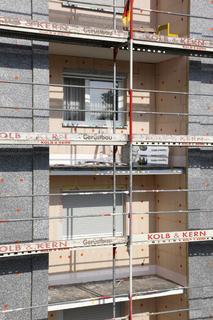Vorteilskombi: Zu den besonderen Vorzügen, mit denen die neue Dalmatinerplatte S 024 bei Fassaden-Dämmprojekten punktet, zählen ihre vorder- und rückseitige Schleifbarkeit, die praxisgerechten Klebe- und Armierungseigenschaften sowie der besondere UV- und Feuchteschutz durch äußere EPS-Kaschierung des hochwirksam wärmedämmenden PU-Kerns (Foto: Caparol Farben Lacke Bautenschutz/Claus Graubner)