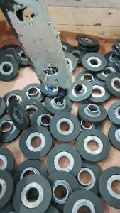 Die Rotoren werden dem System chaotisch in einer Kiste liegend zugeführt – der Roboter erkennt die Teile mittels einer 3D-Kamera.